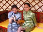 007: Mongolské hostesky v jurtě.jpg